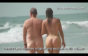 Sexy MILF overprotect relating to a fat pain in the neck dishwater unclad on unseat beach!