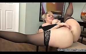 American milf Dee Williams fingers their way hungry pussy