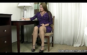 American milf Sheila plays with nylon and contemptuous heels